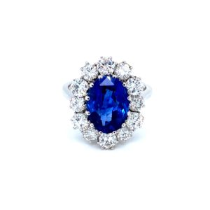 Charming ring with sapphire and diamonds