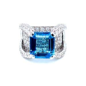 Elegant ring with diamonds and aquamarine