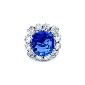 Stunning sapphire ring with diamonds